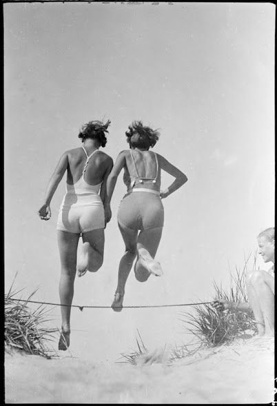 spiaggia salto amiche costume vintage divertente gioco