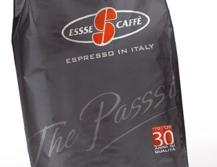 """ESSSE CAFFÈ  (15/04/2009)  Essse Caffè si rinnova all'insegna di """"Passsion"""".  Per festeggiare i 30 anni dell'azienda bolognese, Carmi e Ubertis realizza per Essse Caffè il marchio del giubileo e il new packaging della linea professionale con l'obiettivo di migliorarne la percezione enfatizzandone i valori di Alta Qualità, Reputazione e Knowhow, ma soprattutto mettendone in rilievo la """"Passsion"""" di chi produce, distribuisce e consuma l'eccellenza del caffè italiano."""