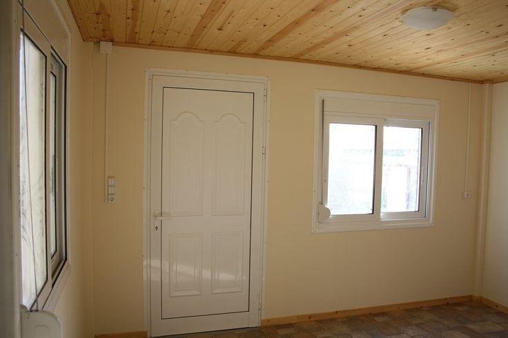 Χώρος που προορίζεται για Living room. Διακρίνετε η εσωτερική πλευρά του οικίσκου που είναι επενδεδυμένη με γυψοσανίδα. Διακρίνεται επίσης και το σχέδιο της εσωτερικής πλευρά της πόρτας της κυρίας εισόδου.