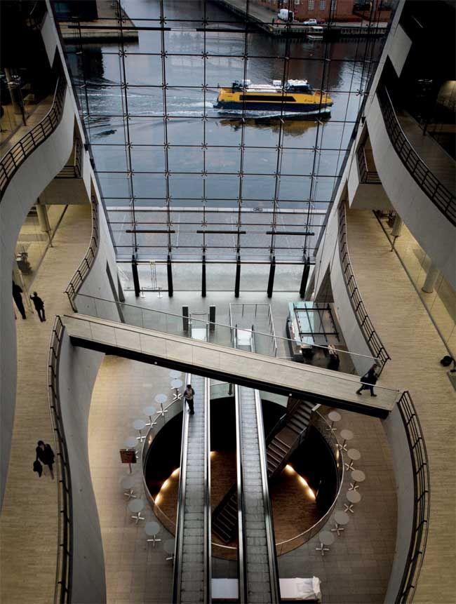 Die Black Diamond Bibliothek wurde an die königliche Bibliothek in der Innenstadt von Kopenhagen angebaut. Der Bau dauerte von 1995 bis 1999. Mit 4,8 Millionen Bänden sowie 15 Millionen Manuskripten und grafischen Dokumenten besitzt sie die größte Büchersammlung Nordeuropas.