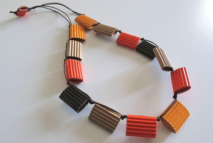 Collana 2011 VIV XL 2011: 13 elementi, cartone ondulato arancio, giallo, marrone scuro ed ecru tagliato a mano, filo di cotone cerato, colla vinilica, chiusura senza metallo