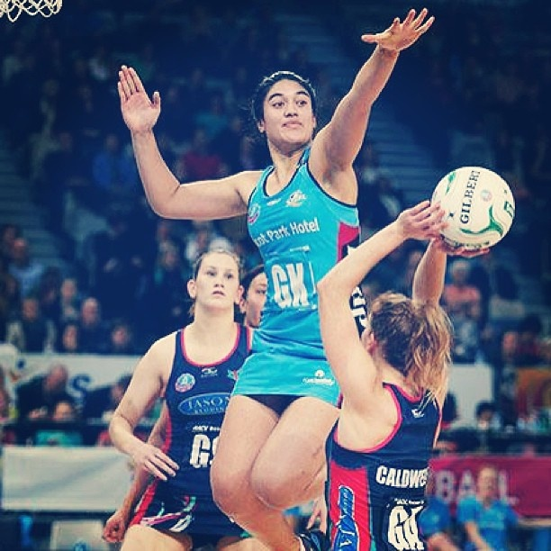 Photo of the Round: Steel's Sulu Tone-Fitzpatrick jumps to defend Melbourne Vixens Tegan Caldwell #anzchampionship
