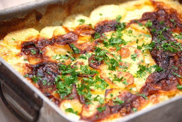 Flødekartofler bliver kun endnu bedre, når du laver dem med selleri. Knoldselleri giver altså en super god smag til flødekartoflerne, og her er den bedste opskrift på dem. De traditionelle flødekartofler kan med fordel peppes op