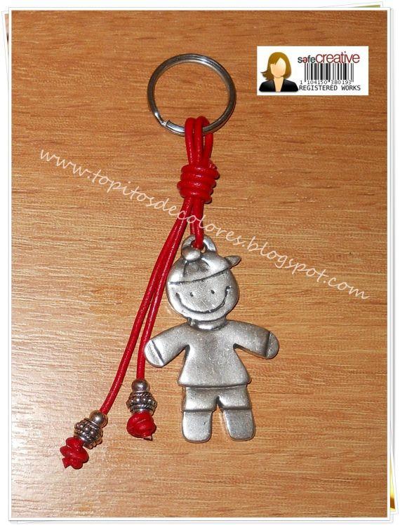 Llavero cuero, abalorios y niño en zamak.Se puede elegir el color del cordón.También disponible en niña.