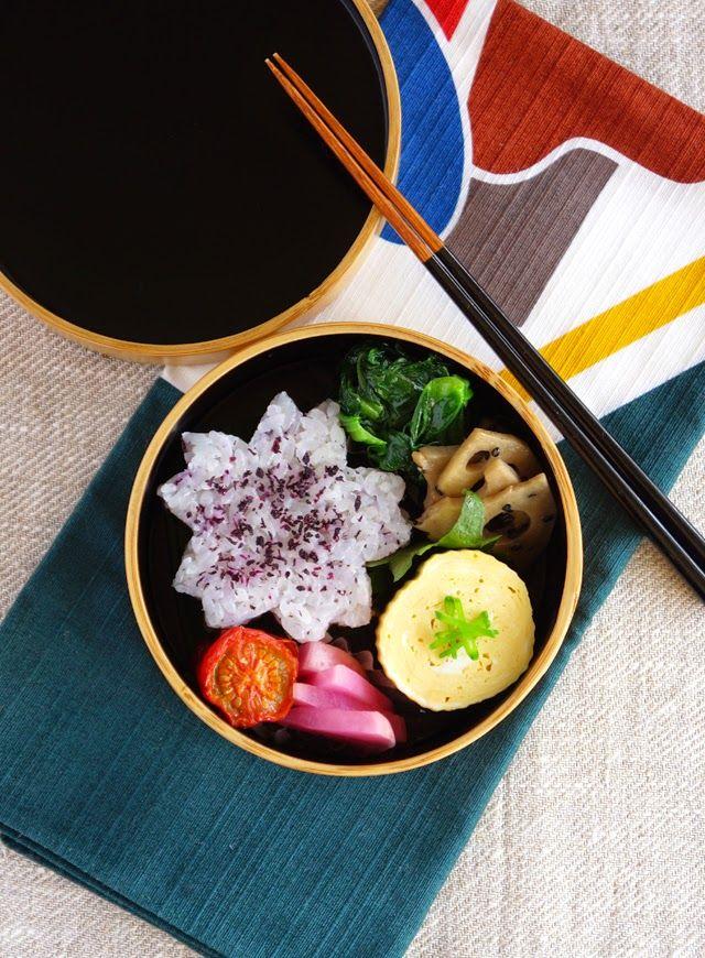 R journal: ゆかりごはんのお弁当・Sakura-shaped riceball bento