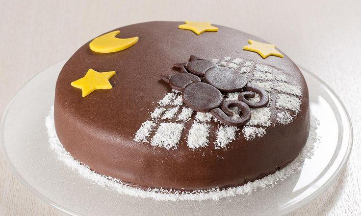 Torta al cioccolato con decorazioni di marzapane