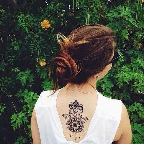 Tatuajes de la mano de Fátima o Hamsa. Representa una palmera con la mano abierta y un ojo en el centro, un amuleto muy popular en África y Oriente medio