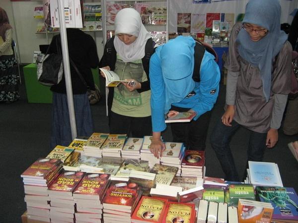 Pengunjung sedang memilih buku-buku di Stand Bukukita.com pada event INDONESIA BOOK FAIR 17 - 25 November 2012