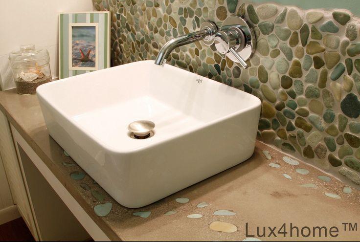 Prysznic z otoczaków - zielone otoczaki na ścianie pod prysznicem w łazience. Otoczaki w łazience doskonale sprawdzają się jako kamień naturalny to wyjątkowa odmiana od ceramicznych płytek. Nasze otoczaki moga być używane i wewnątrz i na zewnątrz są odporne na wilgoć, mróz mamy środki impregnujące do otoczaków.  #mozaika #mozaiki #płytki #łazienki #otoczaki #kamień #wnętrza #prysznic #brodzik #mozaikikamienne #mozaikazkamienia #kamiennaturalny #mozaika #plytki #mozaikizkamienia
