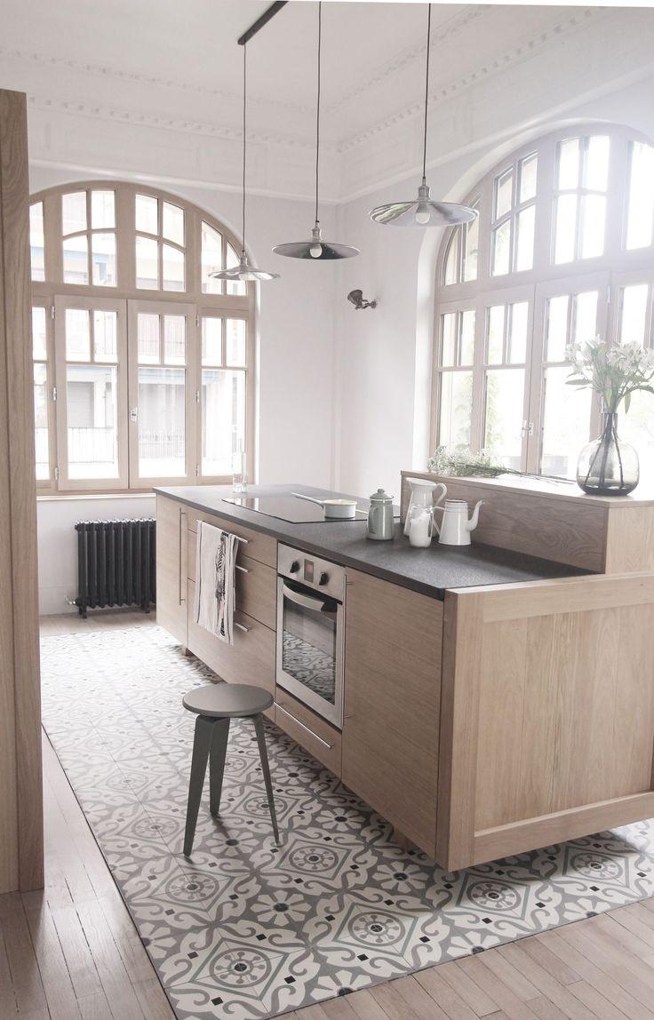 Des tons neutres et doux pour la cuisine, rehaussés par le carrelage en mosaïque. Plus de photos sur Côté Maison http://petitlien.fr/7da8