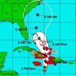 """PUERTO PRÍNCIPE, 3 Oct 2016 (AFP) – El huracán Matthew dejó sus primeras víctimas en el Caribe, un muerto y un desaparecido en Haití, y avanzaba este lunes hacia ese país y a Cuba con potentes vientos que amenazan las precarias construcciones y fuertes lluvias que podrían provocar deslaves e inundaciones. """"Condiciones de huracán se …"""