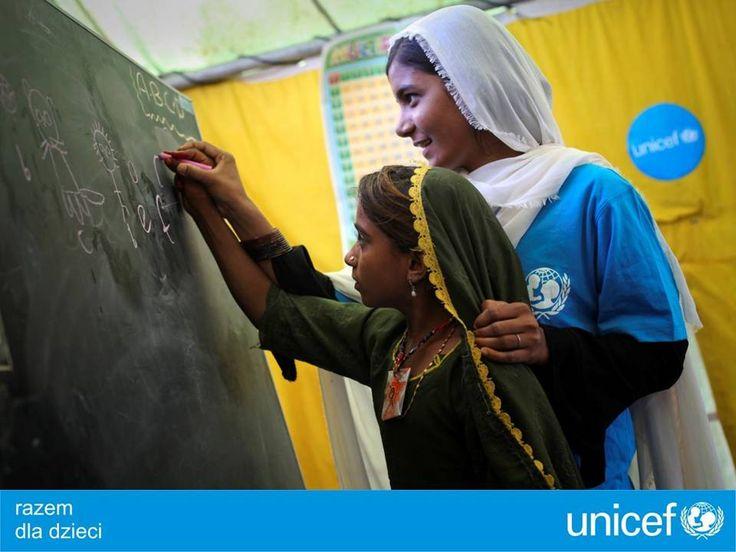 UNICEF odnawia szkoły i klasy, kształci nauczycieli.
