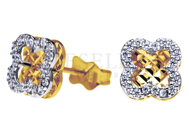 Lśniące, złote kolczyki w kształcie koniczynek z cyrkoniami zapinane na sztyft