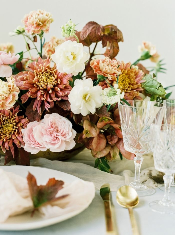 fall wedding inspiration, beautiful pale pink and white garden roses in this table arrangement.