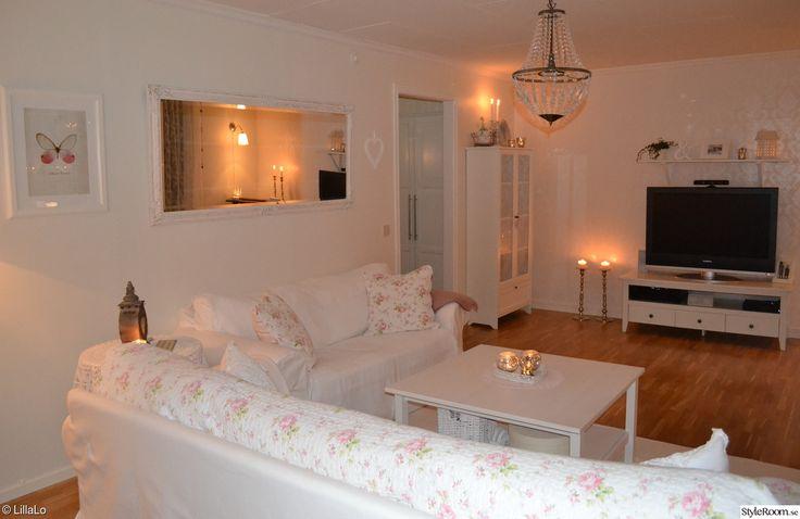 soffor,vardagsrumsbord,tvmöbel,vitrinskåp,ljusstakar,spegel,rosa,vitt,romantiskt,shabby chic,lantligt,vardagsrum