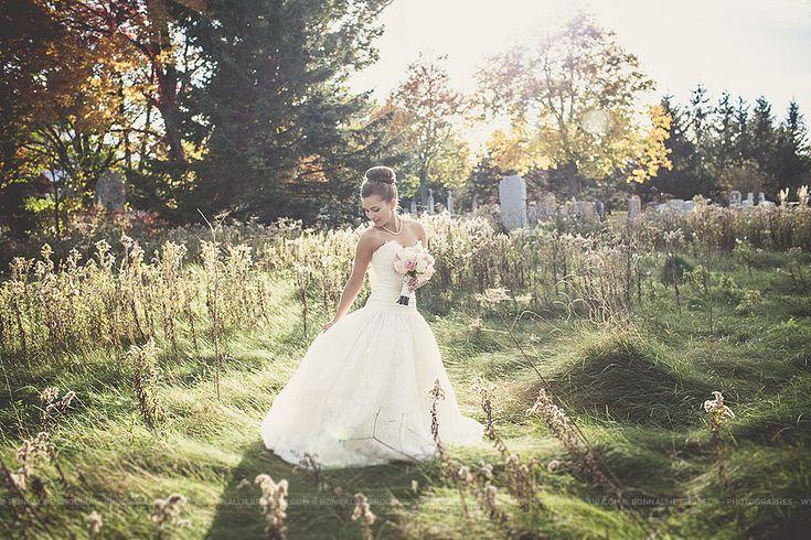 Mariée dans un champ, bride in a field, Mariage bleu à l'auberge des Gallant Photographe de mariage haut de gamme / Fine Art Wedding photographer à  Montréal et International - Bon...