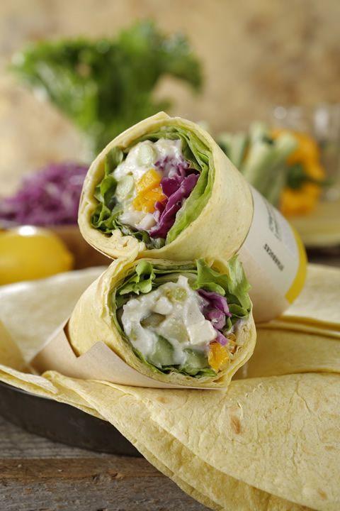 サラダラップ 12品目野菜 レモンクリーム ¥380(本体価格) ・肉・魚を使用しない、野菜をメインにしたサラダラップ ・野菜をさっぱりと食べられるレモンクリームソース ・トルティーヤはパンプキンで色付けし、ローズマリーで風味付け ・野菜はレタス、サニーレタス、紫キャベツ、キュウリ、アスパラガス、黄パプリカ、キャベツ、枝豆、ナガイモ、ブロッコリー、ダイコン、トマトを使用 ・野菜以外では栄養価の高いキヌアを使用 ※キヌア:南米原産の雑穀。必須アミノ酸を全て含むなど、優れた栄養バランスが特長