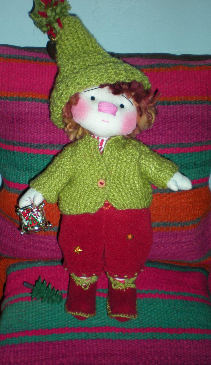 Duendes de navidad hecho con telas y lana.