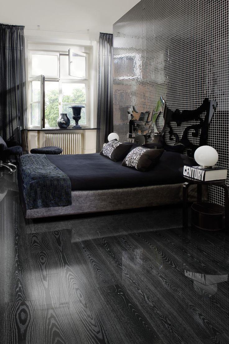 Parchetul din lemn triplustratificat tip dusumea frasin Black Silver se remarca prin nuantele alternative de negru si argintiu metalic din fibra lemnului. Impresioneaza-ti oaspetii cu acest design indraznet! Finisajul lucios de inalta calitate ii confera un aspect indraznet si modern.
