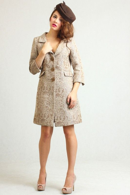 Lovely beige coloured arras coat with lining, 3/4 long sleeves, buttoned front and two front pockets.