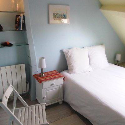 """Chambre pour deux personnes sur le même niveau que la pièce à vivre juste a coté de la cuisine. Couleurs et décoration """"léger comme une plume. Lit de 140 x 190. Literie de qualité pour des nuits calme et tranquille à l'appartement du 31 rue Buffon à Dijon."""