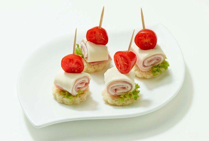Sandwich de jamón y queso en brocheta; un clásico con una nueva presentación, muy atractiva para los nenes