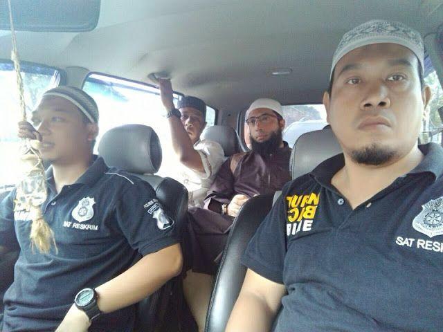 """Ustadz Khalid dianggap """"Wahabi meresahkan""""  Ustadz Khalid Basalamah meninggalkan kajian Islam di Sidoarjo  Dai yang populer di kalangan anak muda dan ibu-ibu Ustadz Dr. Khalid Basalamah terpaksa meninggalkan kajian di Masjid Shalahuddin Puri Surya Jaya Gedangan Sidoarjo Jawa Timur. Sabtu (4/3). Padahal ceramah bertema """"Manajemen Rumah Tangga Islam"""" baru berlangsung kurang dari 30 menit. Sekelompok orang yang mengenakan kostum hijau dan paramiliter (loreng) datang dan menuntut Ustadz Khalid…"""
