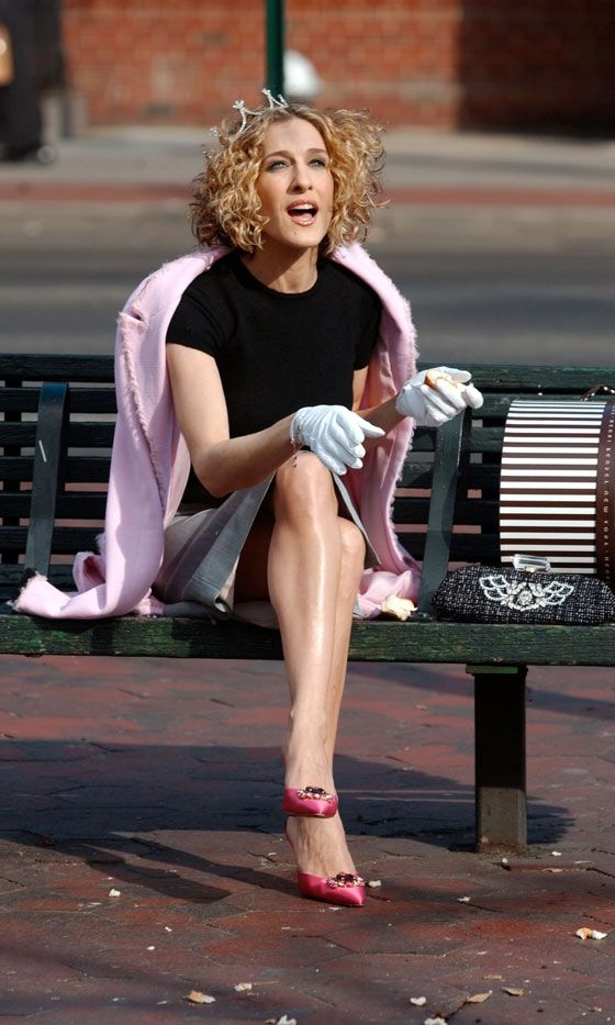 Carrie Bradshaw Wearing A Pink Coat, White Gloves And A Tiara While Feeding The Birds, Season 5
