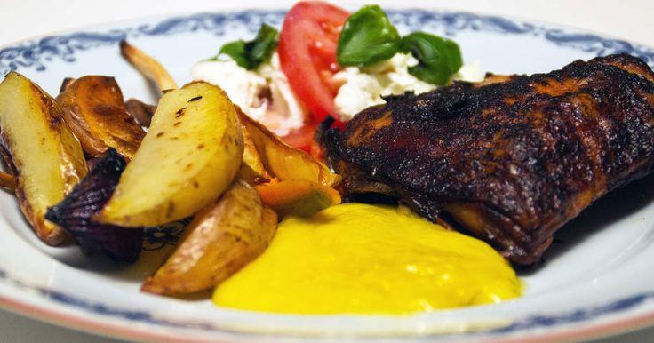 Frasiga kycklinglår med ugnsstekt potatis och rotfrukter, serveras med aioli och fräsch mozzarellasallad.Dryck: Rött vin, District 7 art. nr 6578