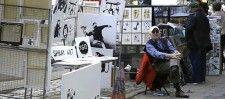 """Banksy ha annunciato la vendita di sabato solo il giorno dopo, a cose fatte. Il video mostra un anziano venditore davanti a un banchetto con diverse opere di Banksy, in vendita a 60 dollari l'una, un prezzo molto basso considerate le altissime quotazioni dei lavori dell'artista, nell'ordine delle centinaia di migliaia di dollari. Sul piccolo chiosco c'era la sola indicazione """"Spray Art"""" e nessun cartello che indicasse l'autenticità delle opere."""