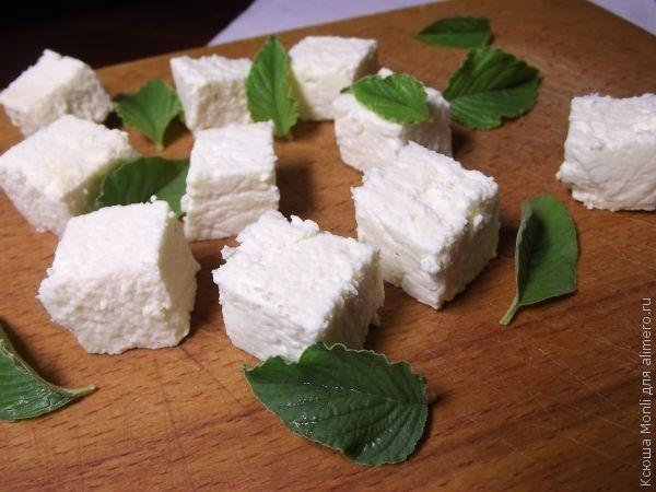 Если вы еще не пробовали делать сыр то это один из наиболее легких рецептов. С него можно начать свое знакомство с сырами которые можно сделать на своей кухне. Вскоре будут рецепты...