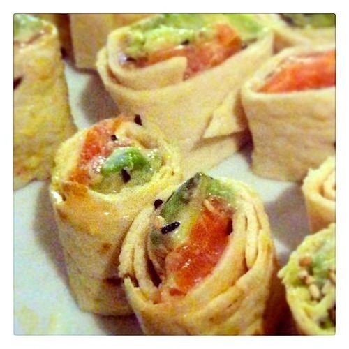 Zin in sushi, maar geen zin om drie uur in de keuken te staan? Dan is dit je nieuwe favo recept. Met maar 5 ingrediënten heb je in 10 minuten een sushidiner op