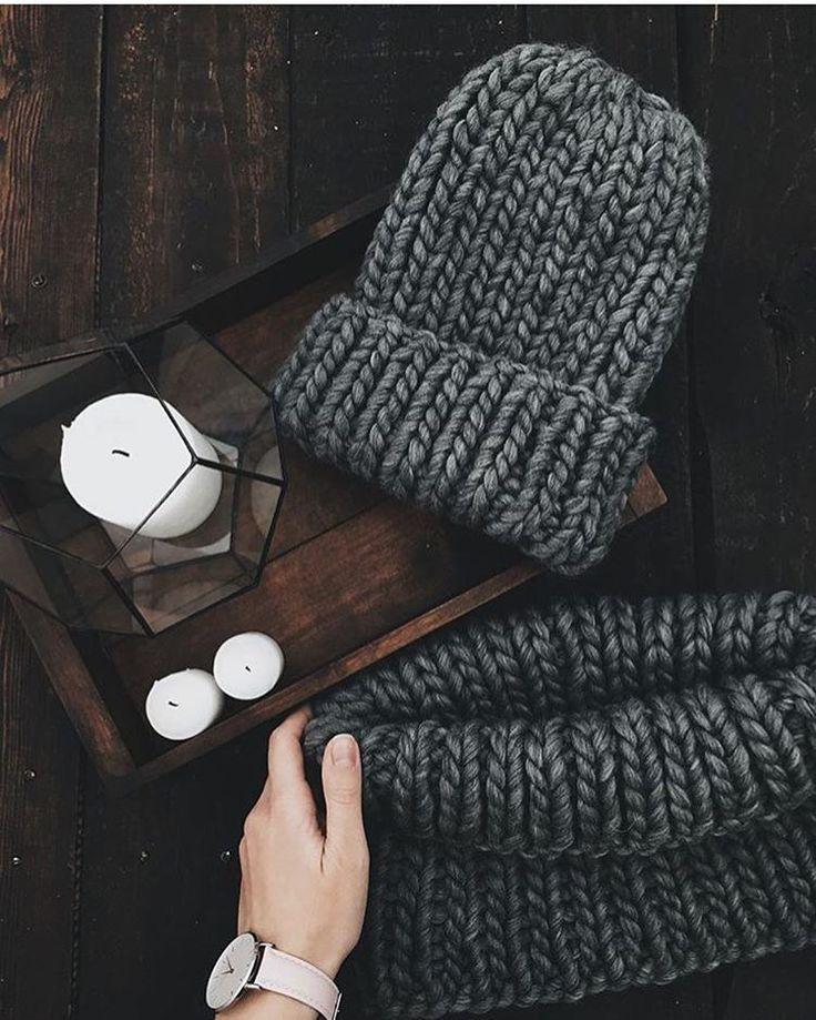 Цвет, который подойдет абсолютно всем.   Если ты хочешь связать шапку или снуд в подарок и не знаешь, какой цвет выбрать - это беспроигрышный вариант!  А это потрясающее фото и работа @jane_khodos Евгения вяжет шапочки и снуды из пряжи @woolandmania в Украине. ✌️