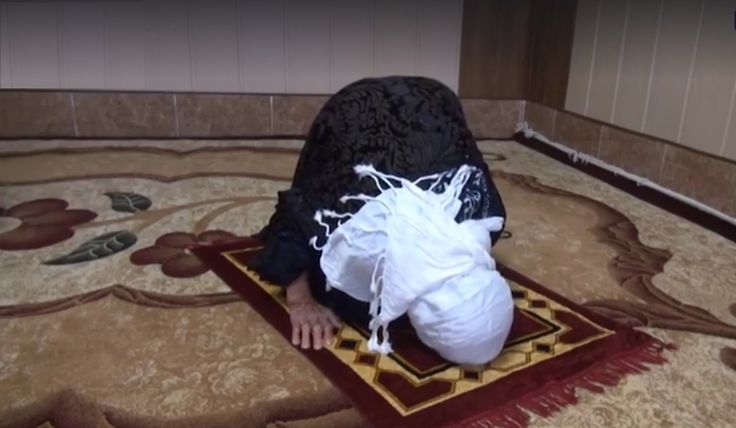 Meet Abdulqadir, the World's oldest woman from Iraq. Still healthy and strong, she has managed to resist the aging.        She gets up early in the morning, offers her prayers. The amazing lady eats all the foods.