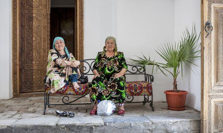 https://flic.kr/p/Bjpncp | Friends #friends #doors #shoes #women #bench #plant #bags #smile