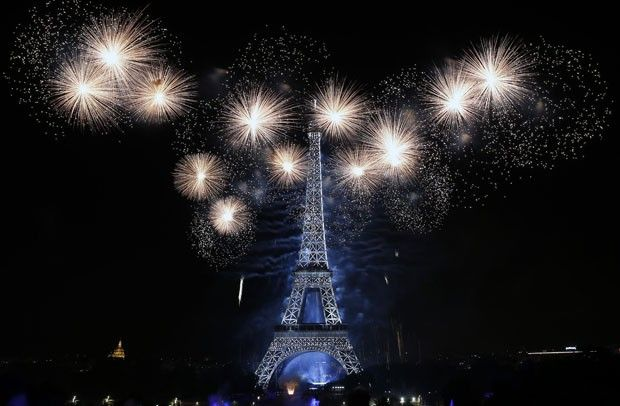 PARIS, FRANCE - JULY 14: Fireworks burst around the Eiffel Tower as part of Bastille Day celebrations on July 14, 2016 in Paris, France. Bastille Day commemorates the storming by Parisians of the Bastille fortress and prison on July 14, 1789 in Paris. (Ph (Foto: Getty Images)