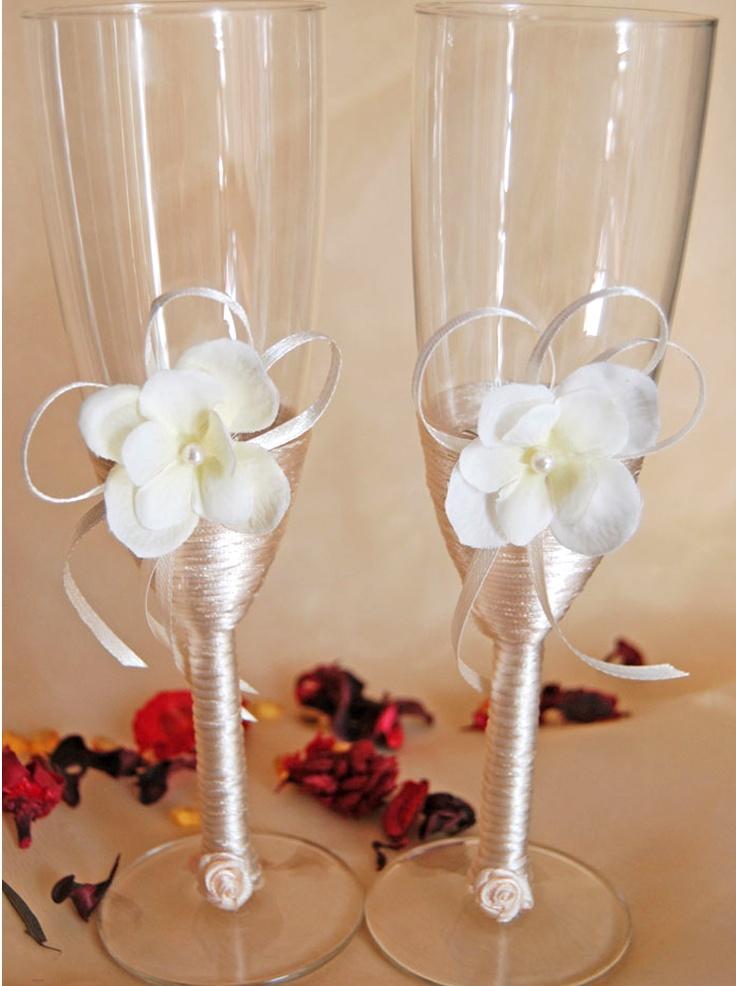 Set pahare miri cu picior imbracat in snur crem si decor petale hortensie.