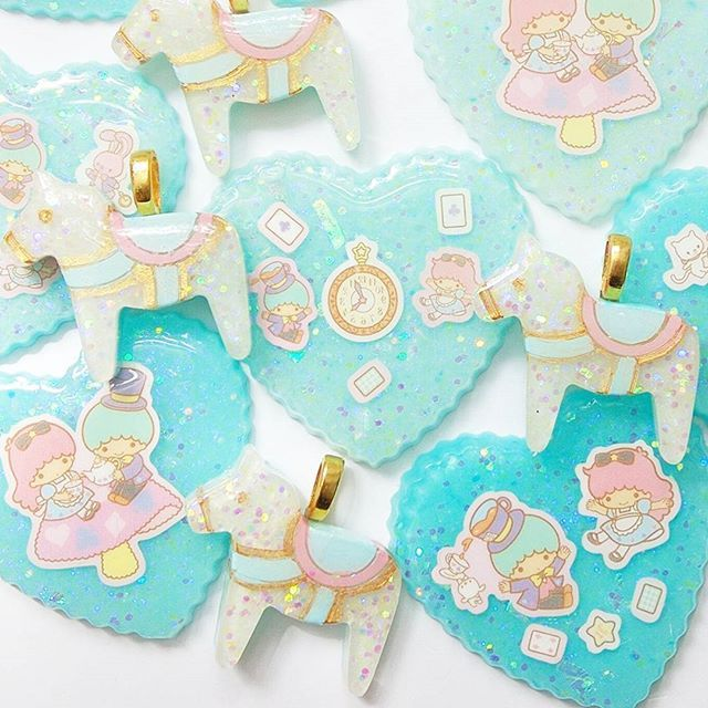 #cabochons #unicorn #decoden #littletwinstars #resin #pony #whimsical #cuteart #mowgen #パステル #miniatures #sweetlolita #aliceinwonderland #unicorns #sculptures #スイーツデコ #pastel #sweetsdeco #resinart #kawaiiart #fairykei #resinart #kikilala #charms #kawaii #cute #throughthelookingglass #handmade #resinpieces #樹脂