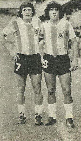 el día de su debut en la selección junto al Loco Houseman (1977).