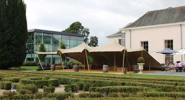 This 10x15m chino-coloured stretch tent (one side down) creates the desired ambiance for a memorable outdoor event.