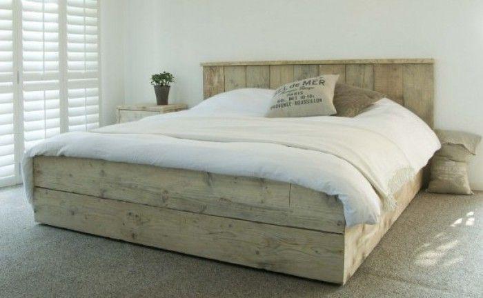 17 beste idee n over houten pallet bedden op pinterest palet bed pallet lattenbodems en - Houten bed ...