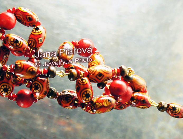 JANA PIAROVÁ Šperky, foto * COPYRIGHT JEWELRY, PHOTO Materiál: Dřevo * MATERIAL: WOOD, HAND-MADE