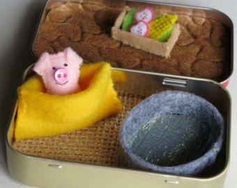 Varken miniatuur vilt gevulde dierlijke spelen set in pepermuntje trommeltje met modder bad, voedsel trog, lekker tas en roze pluche varken