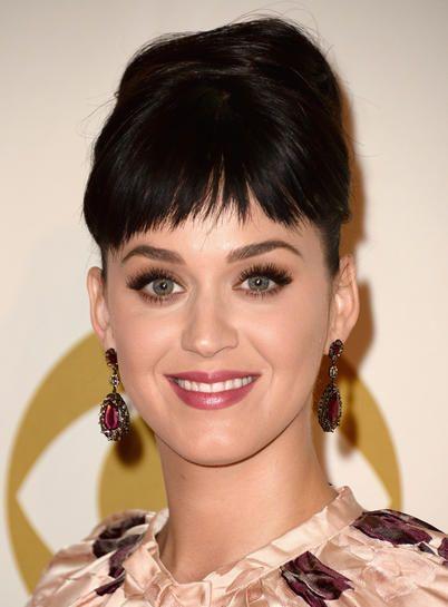 """La frangia cortissima di Katy Perry  Segni particolari. Le ciocche sono molto sfilate per rendere questa frangia più leggera.   Pro & contro. Se hai il viso minuto può farti sembrare un pulcino. Se hai i capelli molto aridi o elettrici tende a """"impazzire"""".  Sta benissimo se… Hai i capelli molto corti o li tieni spesso raccolti. Quando ti stufi puoi fissarla di lato con un po' di gel."""