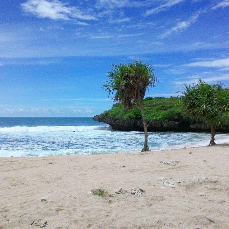 Pantai Krakal adalah rangkaian pantai cantik di daerah Gunungkidul, dengan pasir putih yang alami dan ombak yang menantang cocok untuk anda datangi.