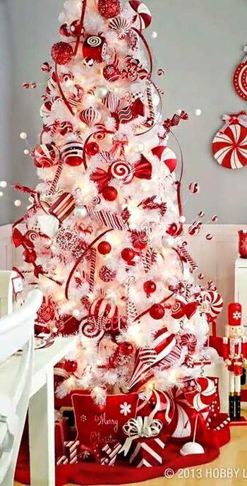 こちらは真っ白なツリーに、赤や白のオーナメントばかり!まるでお菓子のツリーみたいでとっても可愛らしいですね♪真似してみたいです!