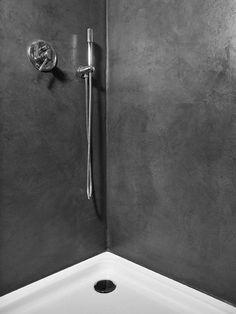 Odi le fughe all'interno della doccia? Siamo in 2. Tuttavia puoi eliminarle grazie al microtopping. È un materiale perfetto per pavimenti e rivestimenti, ovviamente impermeabile. Ma ci sono molte altre qualità. Quali? Te le racconto nell'articolo sul mio blog! #bagno #arredobagno #interiordesign #bathroom #bathroomdesign #salledebain