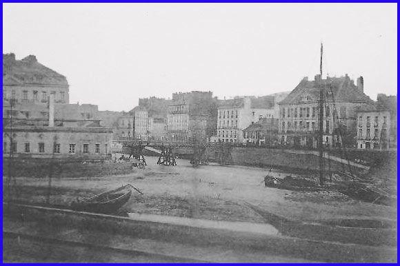 Le pont Maudit fut construit en1779.  Premier pont en bois, il s'appelle Maudit par les mariniers dont les embarcations mâtées ne peuvent remonter la Loire devant la faible hauteur du tablier.