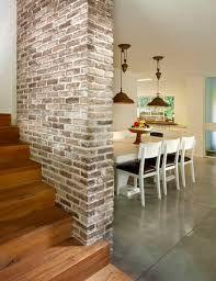 Je ziet hier een bakstenen muur. Deze muur is een steunpilaar. Dit betekent dus dat de muur stevig is. Net als Rockwell