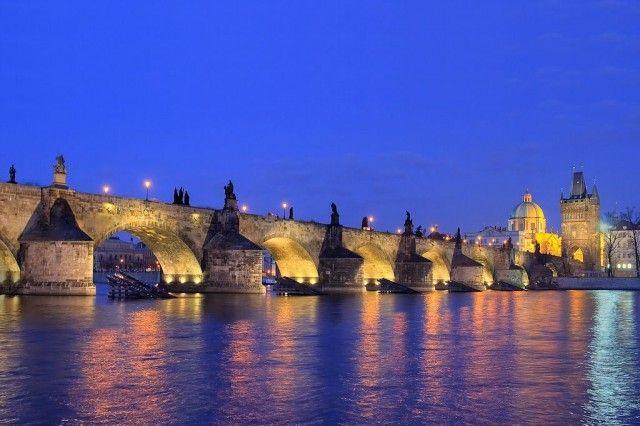 Карлов мост в ночной подсветке
